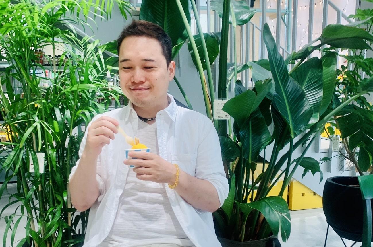 田島佑哉がオレンジアイスを食べている写真